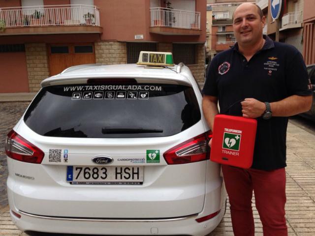 Ricard Tomàs amb el seu vehicle cardioprotegit - Taxis Igualada